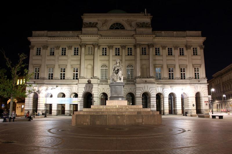 Palacio de Staszic y estatua de Nicolás Copérnico