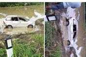 Mobil Nyungsep di Sawah, Sopir dan Penumpang Mandi Lumpur