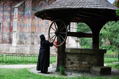 Kloster Moldovita, Nonnen holt Wasser am Brunnen