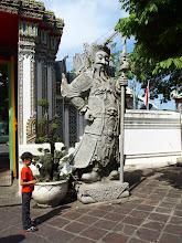 Photo: Wat Pho - Anton devant un pharang (un occidental)