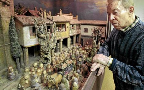 El escultor Arturo Baltar junto a su Belen, el Belen de Baltar