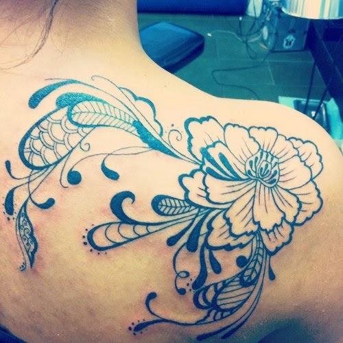 Flores tatuagens sao a primeira escolha de mulheres a tatuagem amantes Desta flor da tatuagem dando muito olhar sobre o ombro ideias para as mulheres
