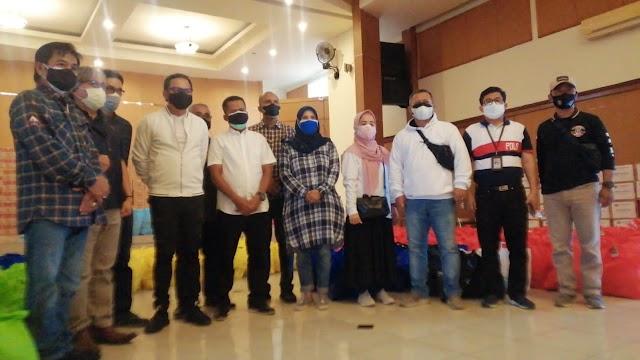 Pemprov Jabar Serahkan 370 Paket Sembako Bagi Warga Terdampak Pandemi