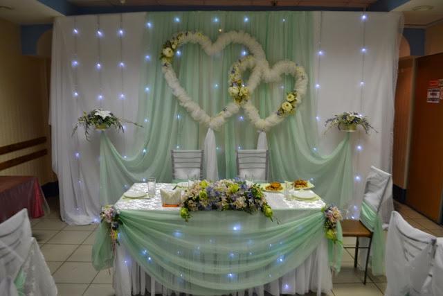 Центр композиции - стол жениха и невесты с подсветкой гирляндами