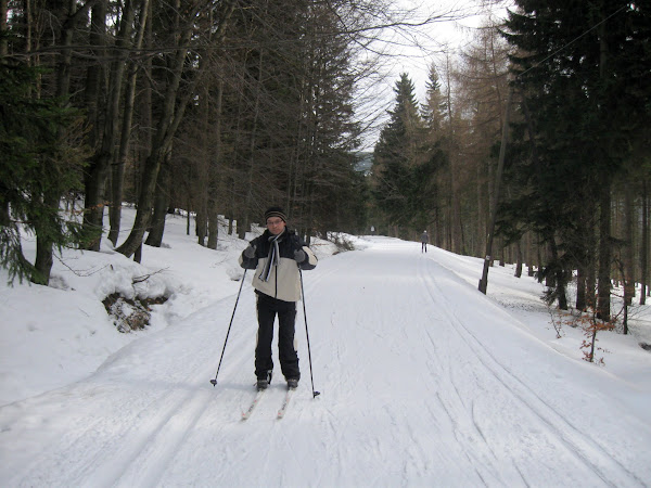 pierwsze kroki Maćka na nartach biegowych