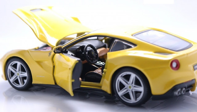 Mô hình Ferrari F12 Berlinetta tỷ lệ 1/24 Bburago mở được cánh cửa, cốp và nắp capo