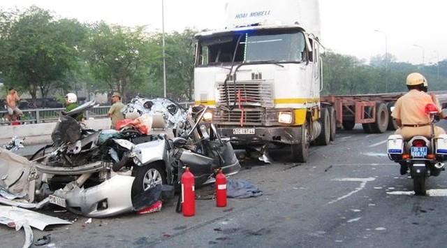 tai nạn xe tải chở hàng