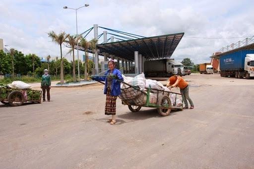 Những phụ nữ có tấm lòng nhân hậu ở bản Ka Tăng đều là thành viên của đội xe kéo Cửa khẩu Lao Bảo. Công việc hằng ngày của họ là kéo xe chở hàng hóa qua lại cửa khẩu Lao Bảo và ĐenSavan (Lào) cho chủ hàng. Khó khăn, vất vả từ sáng sớm cho đến tối mịt, nhưng họ vẫn dành quỹ thời gian rảnh để đến với