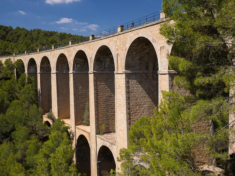 Creuant un dels grans ponts de l'antic tren