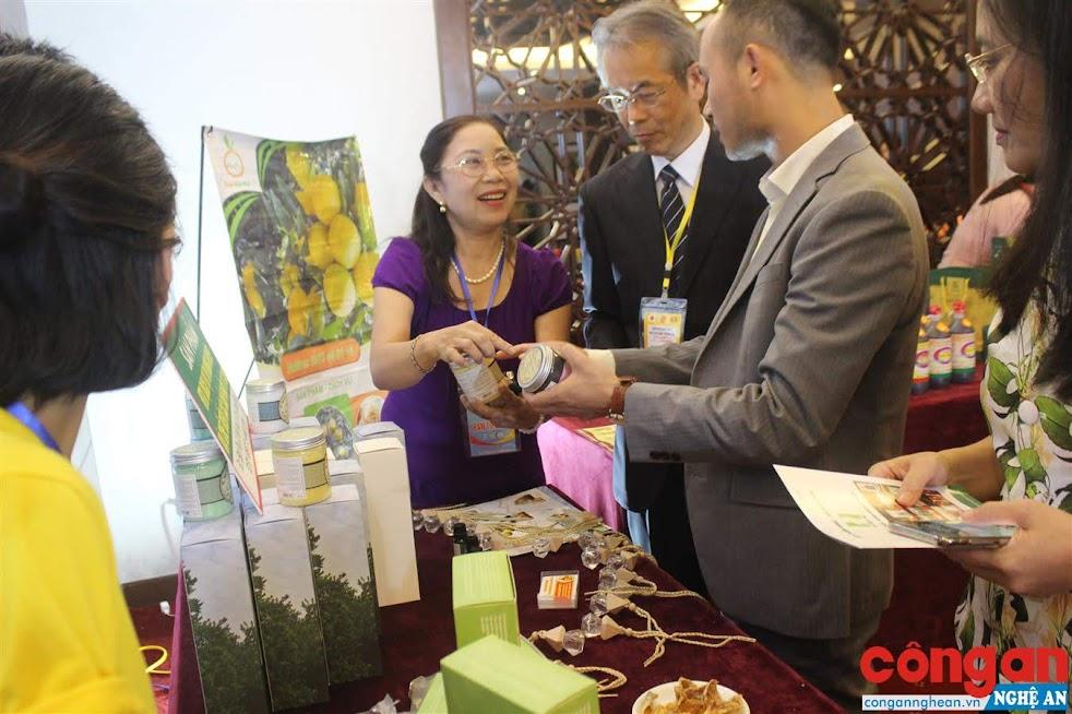 """Các DN Nhật Bản tìm hiểu các sản phẩm đặc trưng của tỉnh Nghệ An tại Hội nghị """"Gặp gỡ Nghệ An - Nhật Bản: Hợp tác và phát triển"""""""