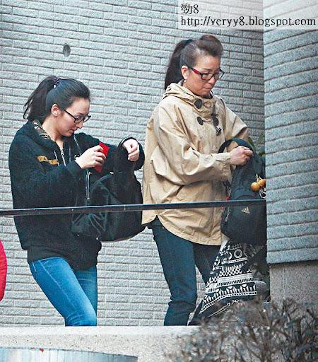 添完香油,高 Ling母女在入口處走人,成功避開企在門口的「財神黨」。