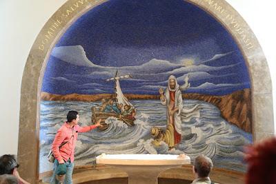 8-08/ A Magdala, ville de Marie Madeleine, notre guide Missaël nous commente une belle mosaïque: jésus marchant sur les eaux.