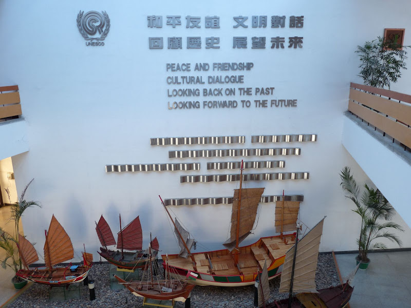 Quanzhou.le plus grand musée naval en Chine.Des centaines de maquettes, toutes différentes du cliché de la jonque, mais interdit de prendre d'autres photos que celles- ci ...