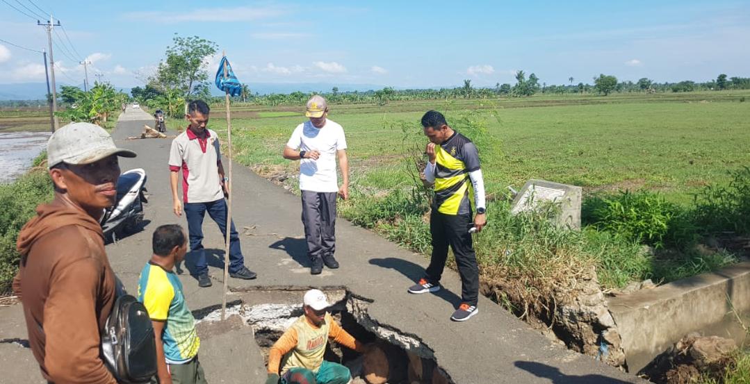 Antisipasi Lakalantas, Kapolres Soppeng Gerak Cepat Kerahkan Personil Perbaiki Jalan Poros Enrekeng - Bakke Ganra yang Terputus