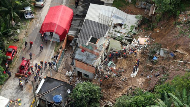 Aerial view of firefighters and other first responders as they search for survivors at houses destroyed by landslides in Mairipora, in the north of São Paulo state, Brazil, 11 March 2016. Heavy rains paralyzed Latin America's largest city and damaged other municipalities in the region. Photo: Paulo Whitaker / REUTERS