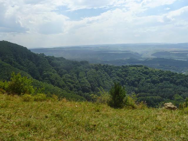 Panorama vers le Sud depuis les falaises calcaires au-dessus de Kislovodsk (Kraï de Stavropol), 18 août 2014. Photo : J. Marquet