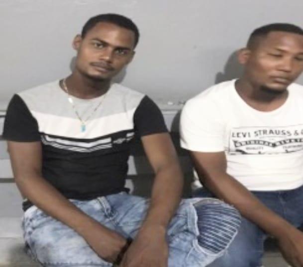 Policía Nacional aprensa supuestamente en fragante delito a dos individuos y le ocupa escopeta