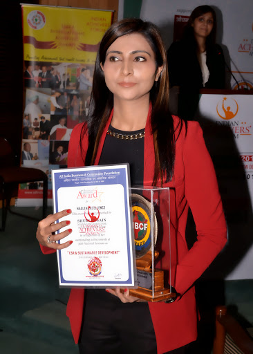 Shubi Husain receiving Business Community Award for Health Excellence