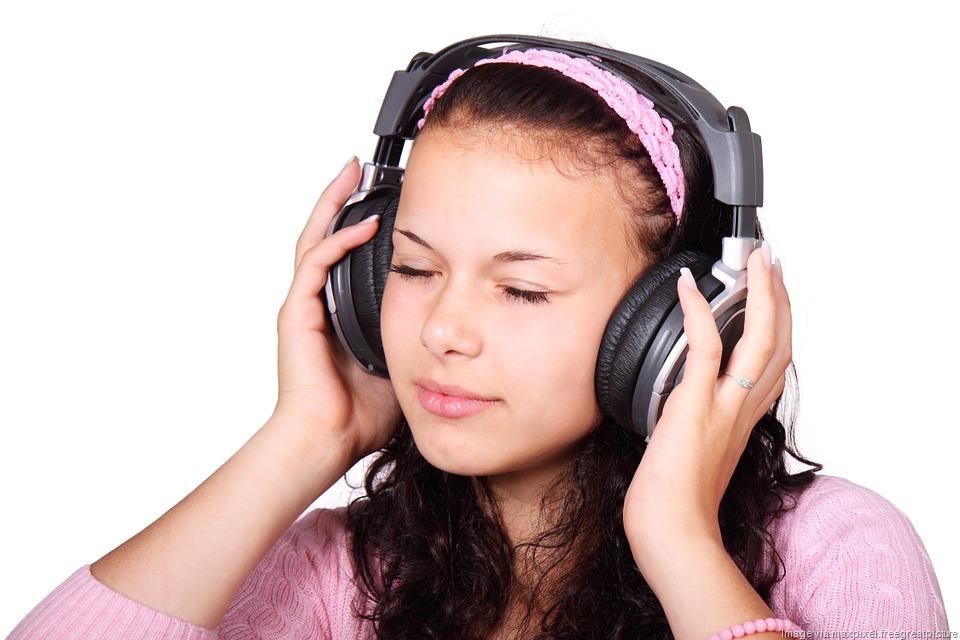 [Girl-Headphones-Listen%5B10%5D]
