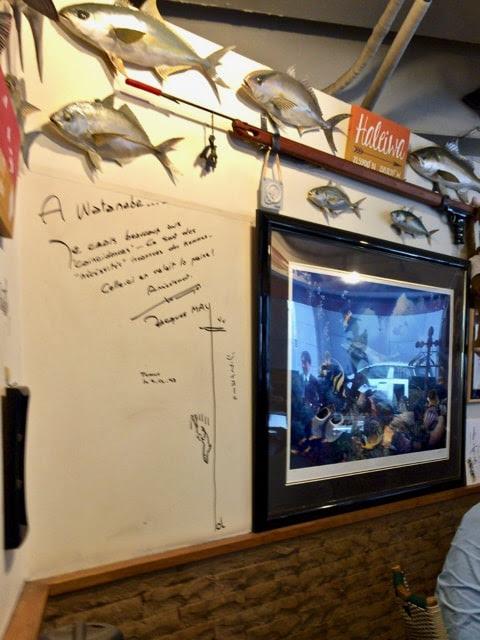 壁にかけられた魚のオブジェとジャック・マイヨールのサイン