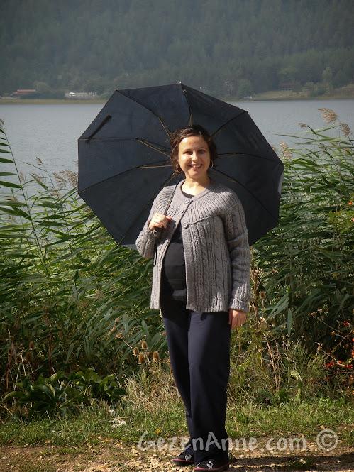 Yağmurlu bir sonbahar gününde Abant Gölü etrafında yürürken