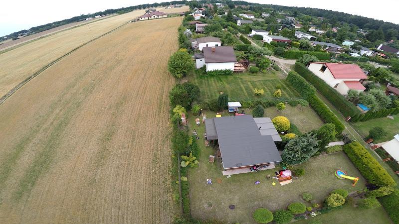 wynajem drona zdjęcia z lotu ptaka z drona grill na działce z lotu ptaka