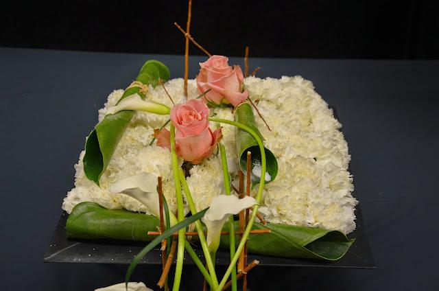 Detall del coixí de clavell, amb les fulles enrotllades d'anthurium