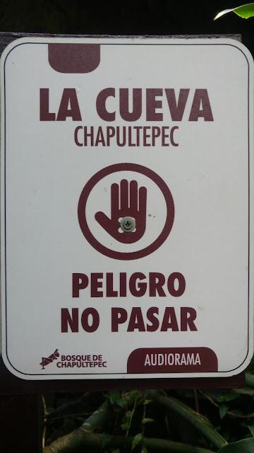 Foto de letrero de mano con tornillo pareciendo un ojo similar a la mano de fátima