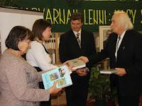 18 A bíráló bizottság tagjai is kaptak könyvet.jpg