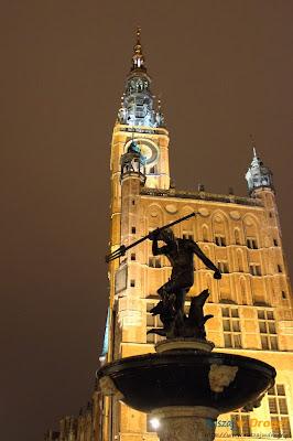 gdańsk nocą - stare miasto ratusz i neptun