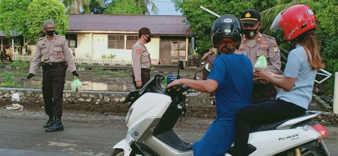 Polsek Marioriawa Bagi Takjil Sambil Sampaikan Imbauan Pemerintah Kabupaten Soppeng
