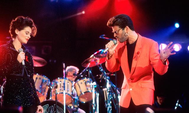 George Michael junto a la cantante Lisa Stansfield en el concierto en homenaje a Freddie Mercury, en abril de 1992. Foto: Michael Putland/Getty Images