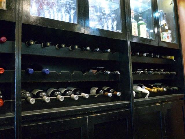 店内のワインなどが飾られたボトル棚