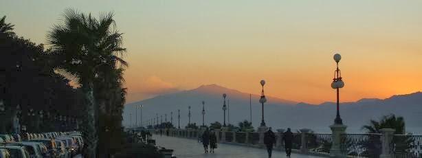 Ätna im Sonnenuntergang von Reggio Calabria aus gesehen