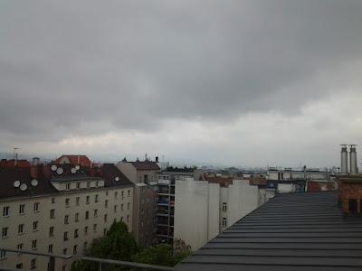 Das aktuelle Wetter in Wien-Favoriten am 02.05.2015:  Trüb und regnerisch war es am Vormittag, insgesamt sind 2,4 l/qm Regen gefallen. Inzwischen lockert es auf und am Nachmittag könnte die Sonne noch ein wenig zum Vorschein kommen. Es wird ähnlich mild wie gestern (max. 18.3°C). #wetter #wien #favoriten #wetterwerte