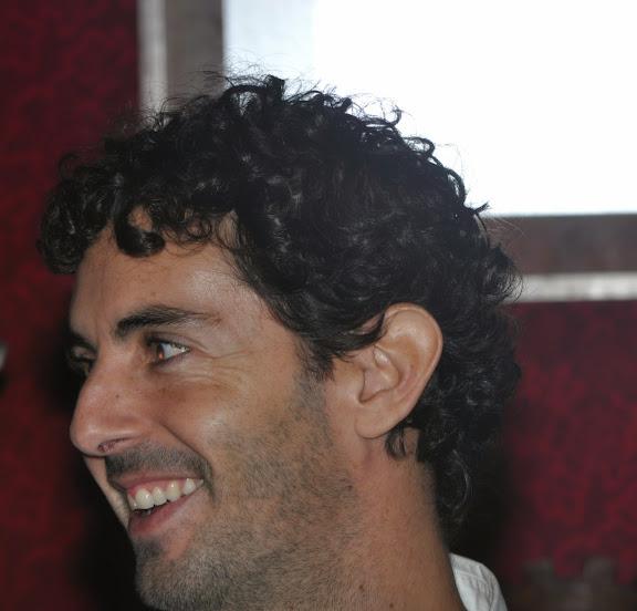 ... Carlos Paz, como maestro de ceremonias, el pasado sábado tuvo lugar en el Salón Noble del Ayuntamiento de Vilagarcía de Arousa, la presentación del ... - CARLOS%252520PAZ