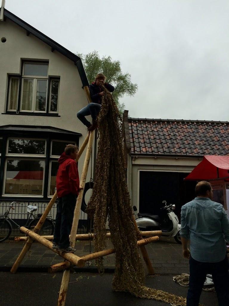 Het net wordt in de klimtoren gehangen