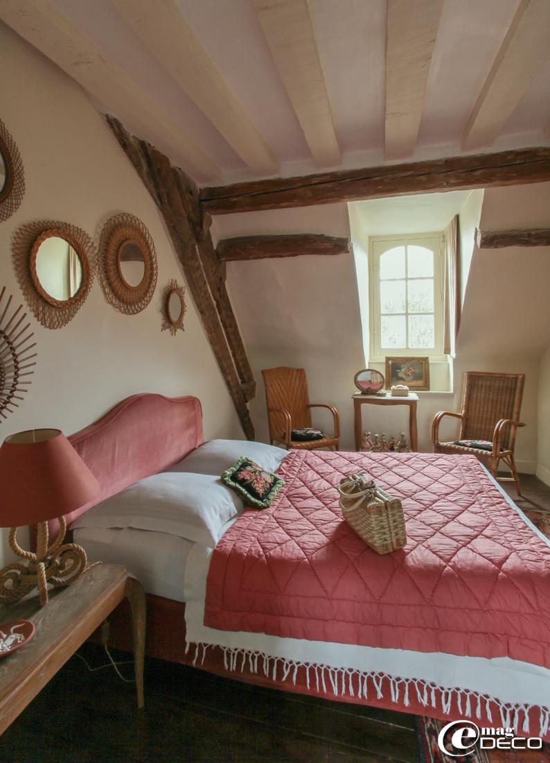 Dans une chambre de la maison d'hôtes L'Hôtel des Tailles, des fauteuils en rotin de jardin chinés