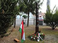 17 - Kopjafa a kitelepítettek emlékére.JPG
