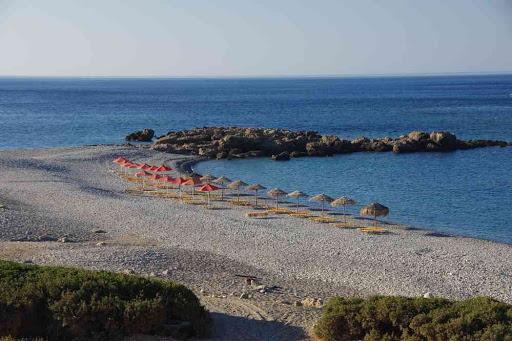 Petite plage aménagée (selon la source, Anidri (Ανύδροι) ou Gialiskari (Γιαλισκάρι)).
