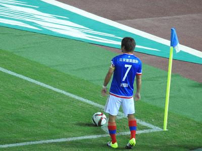 兵藤慎剛が中村俊輔に代わって、コーナーキックを蹴る場面