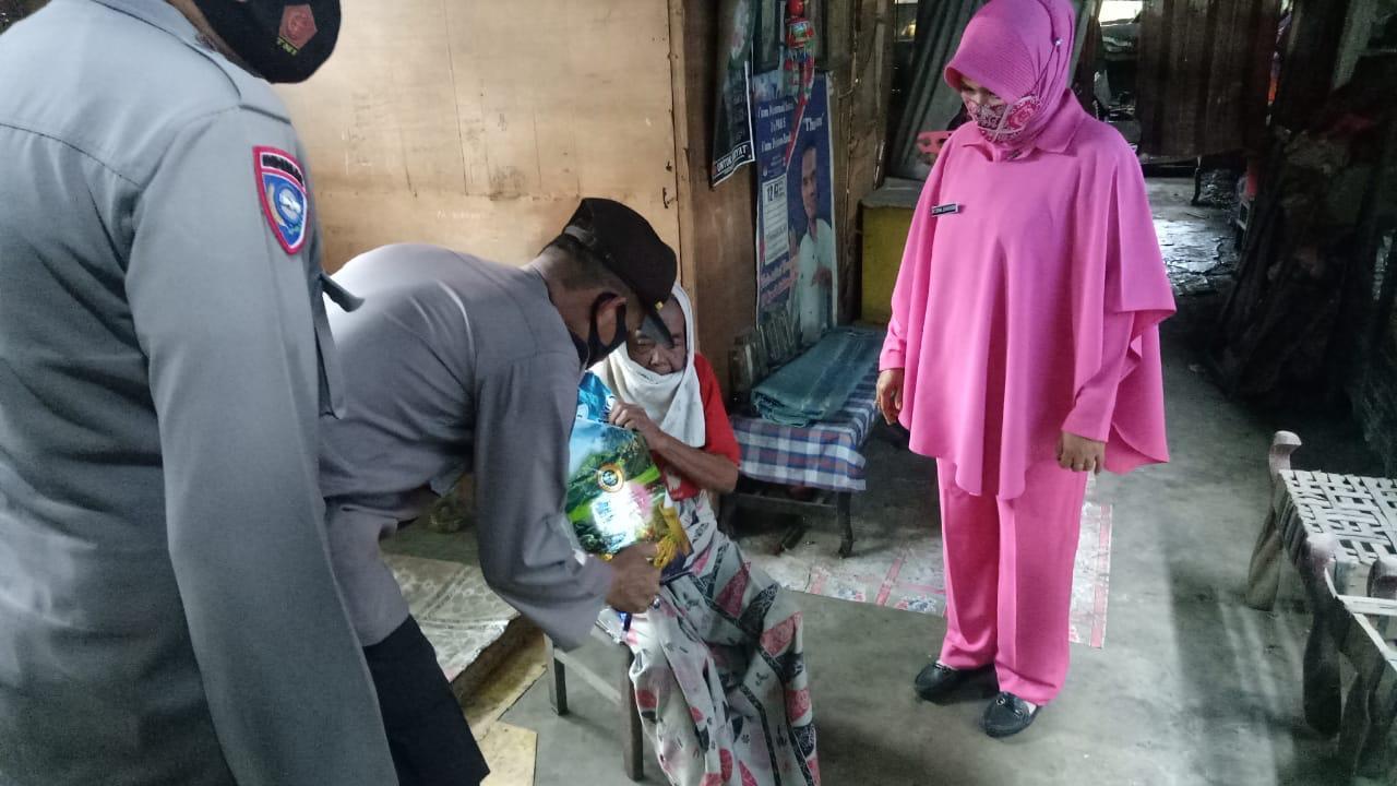 Polsek Bersama Bhayangkari Ranting Lilirilau Kunjungi Warga Kurang Mampu