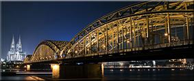 El puente ferrovial Hohenzollern sobre el Rhein y la Catedral al fondo