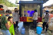 Kapolres Luwu Utara Bagikan Langsung Air Bersih Kepada Korban Banjir Bandang