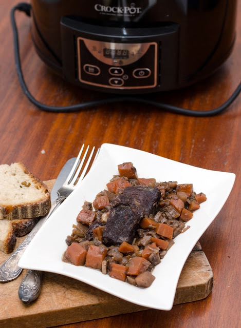 Tocanita de vita in vin rosu la Crock Pot