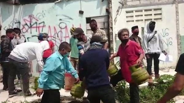 Ngedumel, Warga Benda Pasrah Angkut Barang Rumah Digusur Proyek Tol Jokowi