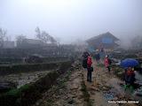 Ute och promenerar i Sapa, en by som passerades.