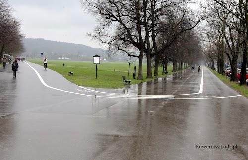 Także na Błonia można dojechać rowerem asfaltową drogą dla rowerów