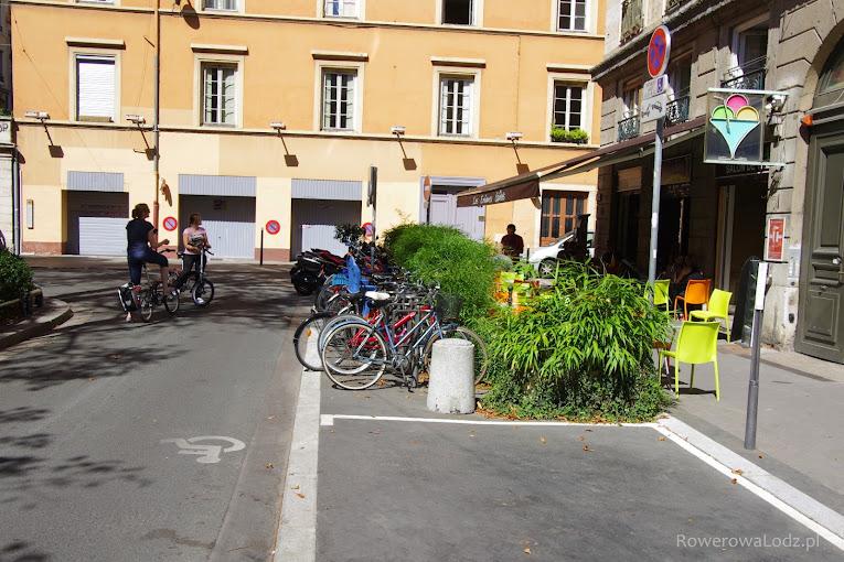 Kosztem kilku miejsc parkingowych dla samochodów stworzono estetyczny ogródek lodziarni i kilkanaście miejsc na rowery.