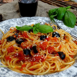 Spaghetti with Tomatoes and Black Olives, Cheap and Easy.